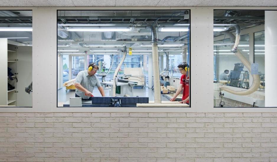 el-trabajo-en-los-talleres-es-visible-desde-los-pasillos-andreas-meichsner